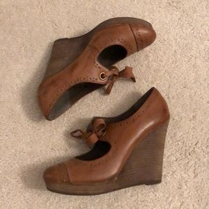 Brown/dark tan wedge with tie detail